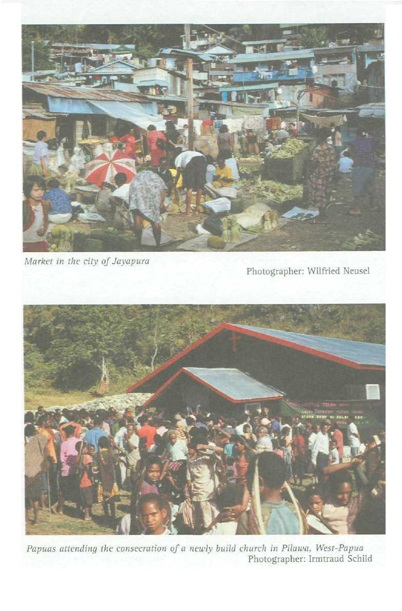 Market in the city of Jayapura Photographer: Wilfried Neusel Papuas attending the