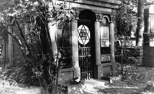 PART III 654 EXECUTION OF ESTONIAN JEWS Tomb in the Jewish cemetery in Tartu.