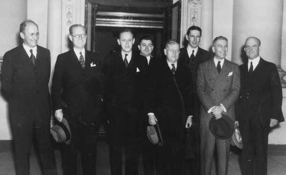 should prime economic pump Roosevelt Cabinet: included conservatives, liberals, Democrats,